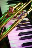 Vieux clavier de piano de trompette photos stock