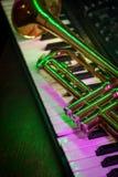 Vieux clavier de piano de trompette image stock