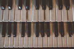 Vieux clavier de piano de vue supérieure avec le vieux ton de vintage photos libres de droits