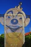 Vieux clown rouillé en métal sur la rue images stock