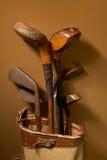 Vieux clubs de golf de cru photo libre de droits