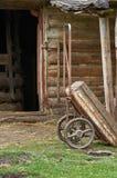 Vieux coûts de chariot contre un hangar Photos libres de droits