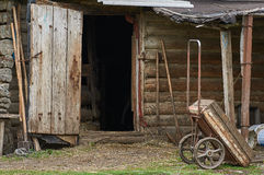 Vieux coûts de chariot contre un hangar photo stock