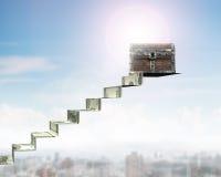 Vieux coffre au trésor sur des escaliers d'argent, rendu 3D Photo libre de droits