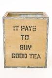 Vieux coffre de thé sur le blanc photographie stock