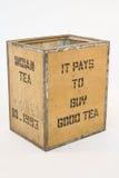 Vieux coffre de thé sur le blanc Photo stock