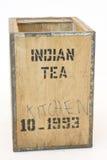 Vieux coffre de thé sur le blanc photographie stock libre de droits