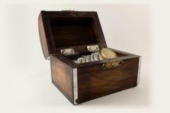 Vieux coffre en bois avec des pièces de monnaie photos libres de droits