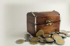 Vieux coffre en bois avec des pièces de monnaie images stock