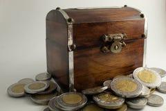 Vieux coffre en bois avec des pièces de monnaie photos stock