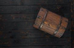 Vieux coffre fermé sur la table en bois foncée avec l'espace de copie Images stock