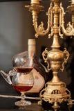Vieux cognac et bougie Photo stock