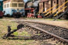 Vieux commutateur sur les voies de train photographie stock