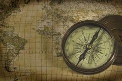 Vieux compas au-dessus de carte