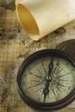 Vieux compas au-dessus de carte Photos libres de droits