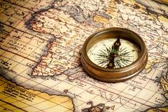Vieux compas de cru sur la carte antique Images libres de droits
