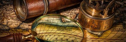 Vieux compas de cru sur la carte antique Image stock
