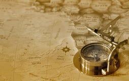 Vieux compas sur la carte d'e Photo libre de droits