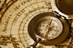 Vieux compas sur la carte de cru Photos libres de droits