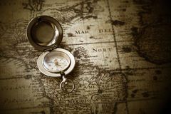 Vieux compas sur la carte de cru Images libres de droits