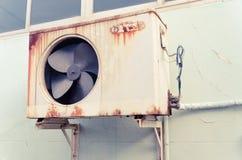 Vieux compresseur d'air avec la rouille Photographie stock