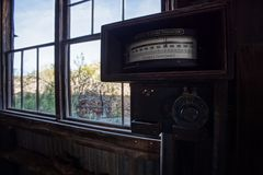 Vieux compteur d'électricité abandonné à la ville fantôme de mine de vautour photographie stock libre de droits