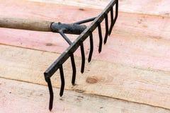 Vieux concept d'outils de jardin, bien utilisé image libre de droits