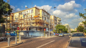 Vieux condominium de quatre-histoire sous la rénovation Images stock