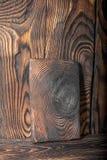 Vieux conseil en bois avec la texture de fond d'éraflures, planche à découper brune avec les taches brûlées Image stock