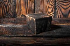 Vieux conseil en bois avec la texture de fond d'éraflures, planche à découper brune avec les taches brûlées Images stock