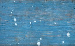 Vieux conseil en bois peint dans le bleu marine, avec les taches blanches aléatoires Photographie stock