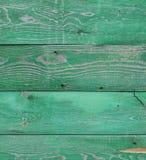Vieux conseils en bois avec le reste de peintures vertes là-dessus Images libres de droits