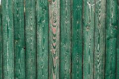Vieux conseils en bois vert-foncé Milieux et barrière de textures peinte Front View Attirez un beau fond de vintage Images libres de droits