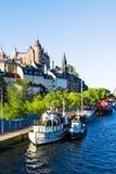 Vieux constructions et bateaux de ville sur l'eau Photographie stock libre de droits