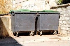 Vieux conteneurs de déchets en métal sur la rue photo stock