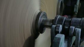 Vieux convoyeur de moulin à papier dans la production du carton technique clips vidéos