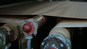 Vieux convoyeur de moulin à papier dans la production du carton technique banque de vidéos