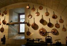 Vieux cookware français de cuisine et d'en cuivre Photographie stock libre de droits