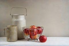 Vieux cookwares et pommes en aluminium rustiques Photographie stock libre de droits