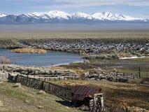 Vieux corral et étang au Nevada central du nord image libre de droits