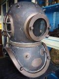 Vieux costume de plongée de cuivre de mer profonde images stock