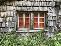 Vieux cottage détruit de montagne en Suisse photos libres de droits