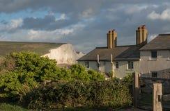 Vieux cottage de garde-côte à l'asile de Cuckmere avec sept soeurs photographie stock