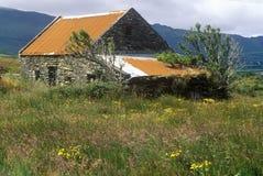 Vieux cottage en pierre abandonné dans le liège, Irlande Images stock