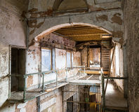 Vieux couloir de prison avec l'escalier grunge en métal Image stock