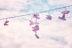 Vieux coup de chaussures sur le fil Photo stock