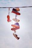 Vieux coup de chaussures sur le fil Photos stock