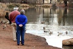 Vieux couples à l'étang Images libres de droits