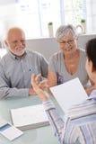 Vieux couples à la consultation financière Photos libres de droits