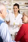 Vieux couples à la pharmacie américaine Image stock